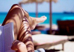 Lekker lezen in je badpakn op vakantie
